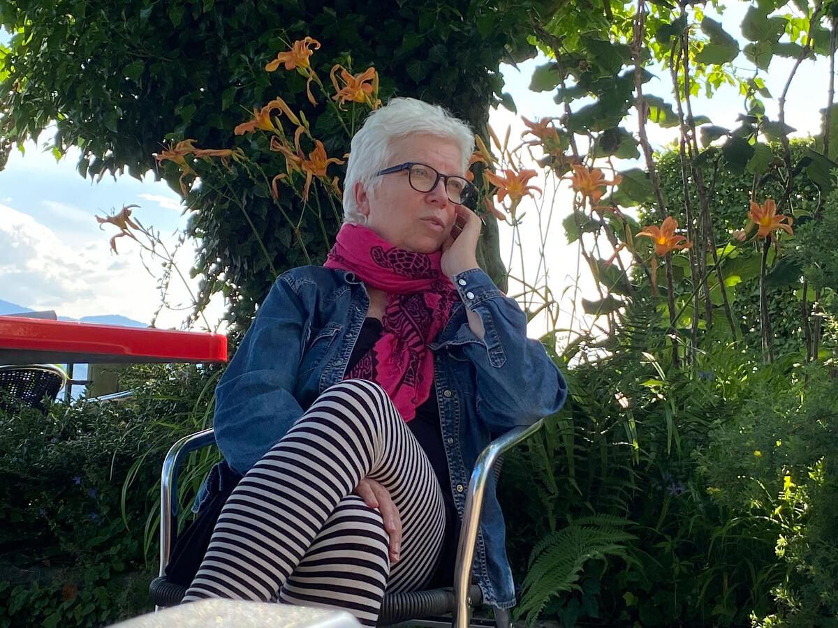 Susanne beim Telefonat